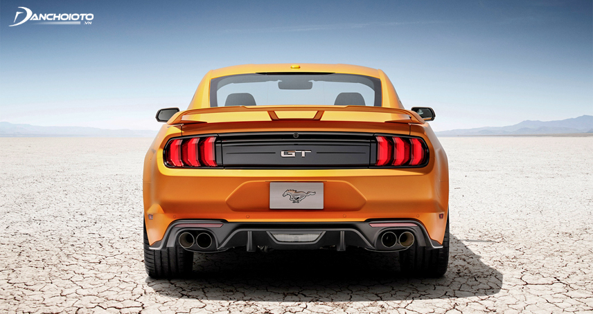 The rear of the Mustang 2018 is equipped with a dual exhaust system for the GT version