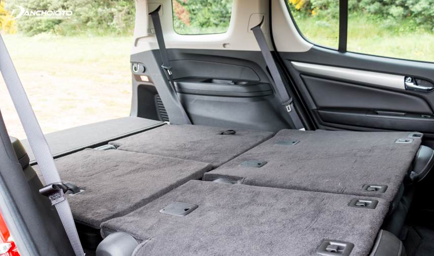 The luggage compartment of the Trailblazer 2018 is much larger than the Pajero Sport