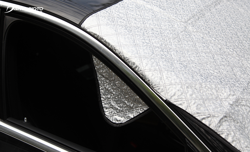 Choose a sun visor with two additional ears fixed in the door edge