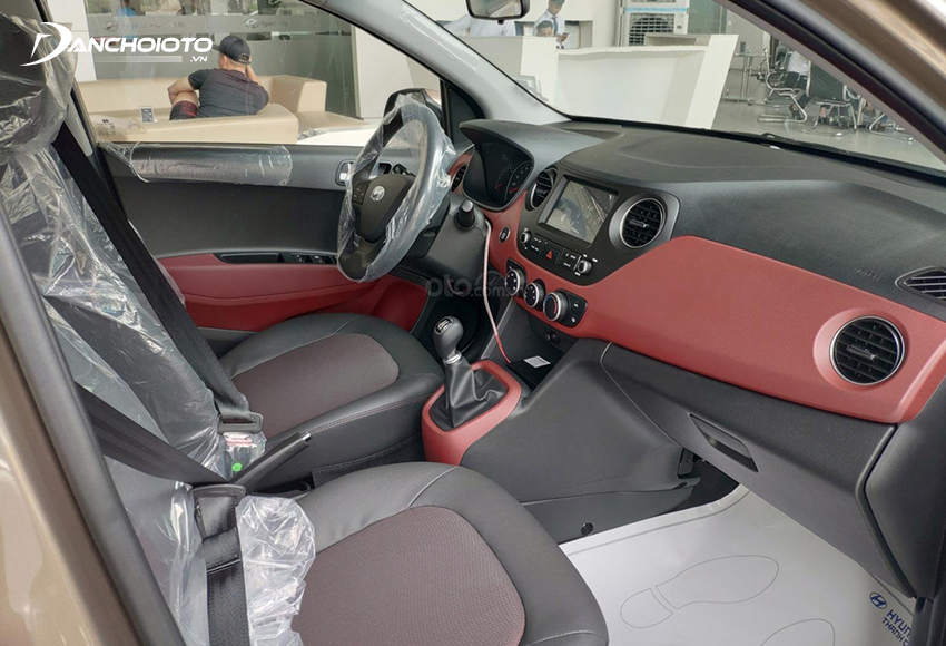 Hàng ghế trước Hyundai i10 khá rộng rãi