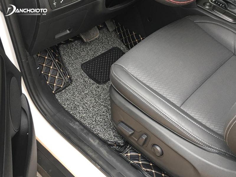 Thảm 6D khác với thảm 5D khi có thêm tấm cao su rối có thể tháo rời, vệ sinh xịt rửa dễ dàng