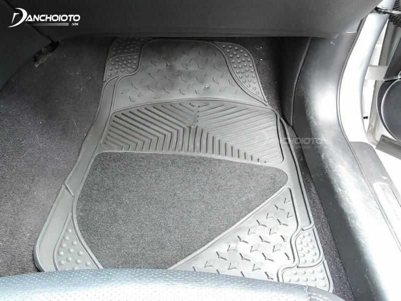 Thảm lót sàn ô tô cao su có ưu điểm chống nước tốt, dễ dàng vệ sinh