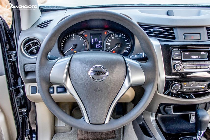 Nissan Navara EL 2018 chỉ được trang bị vô lăng trần