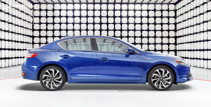 The set of 17-inch Acura ILX wheels set the highlight for the body