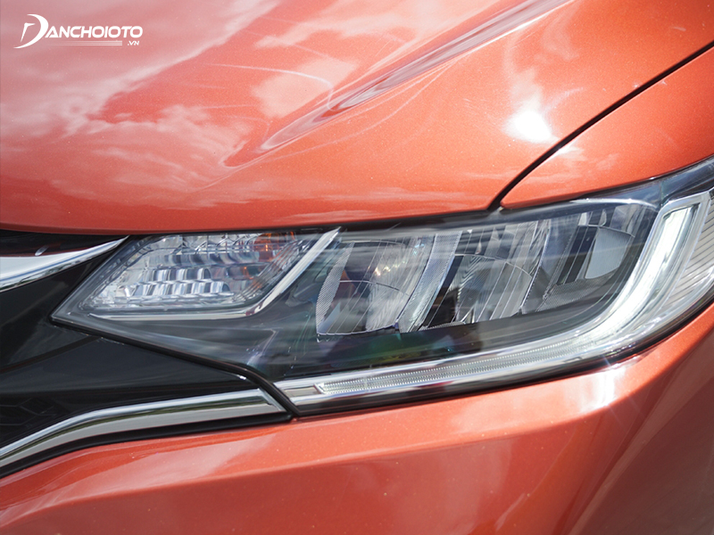 Headlights of Honda Jazz 2020 designed to run long, curved at the tail is quite beautiful