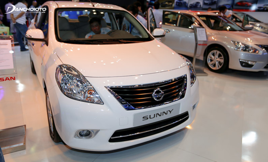 The highlight of the Nissan Sunny 2014 - 2015 is the trapezoidal grille with shiny chrome border
