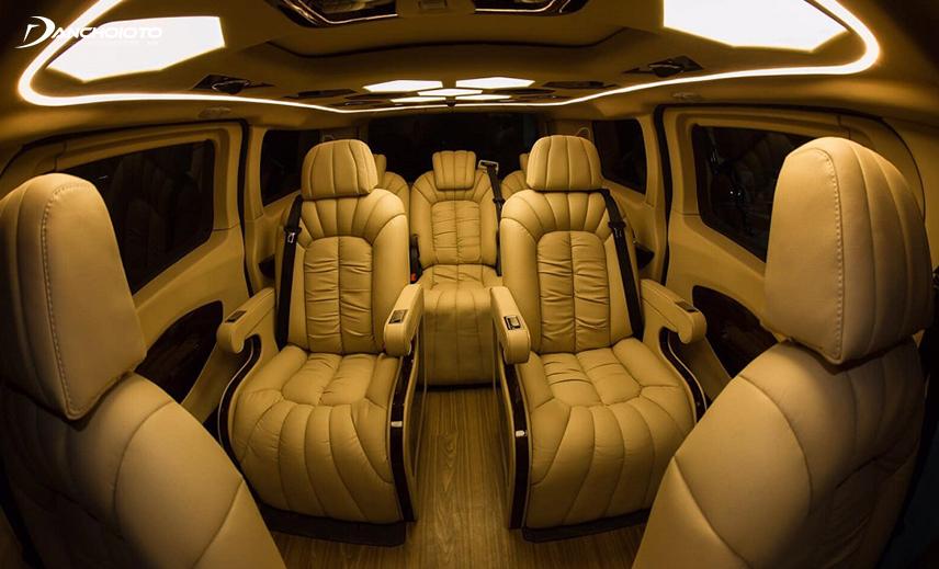 Ford Tourneo Limousine là sản phẩm đại lý Ford ở Việt Nam kết hợp với đối tác bên ngoài là Auto Kingdom thực hiện