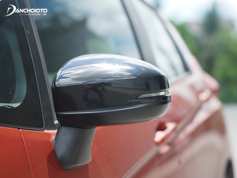 Rearview mirrors in the Honda Jazz G and RS versions with LED turn signals, the Jazz RS version painted in black sports