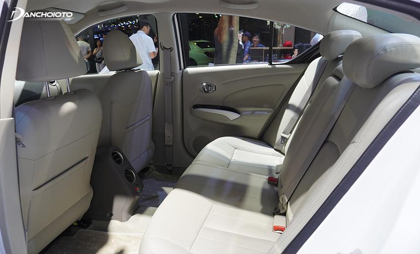 Khoảng để chân hàng ghế sau Nissan Sunny 2020 rất rộng
