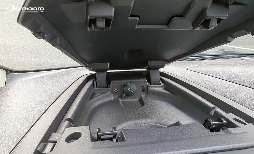 Tẩu 12V cho lái xe bố trí trong ngăn kín muốn dùng phải bật mở khá bất tiện
