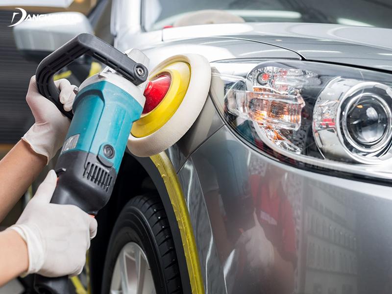 Trước khi phủ ceramic, thợ kỹ thuật sẽ tiến hành tẩy rửa vết bẩn, xoá trầy trước, đánh bóng sơn xe ô tô