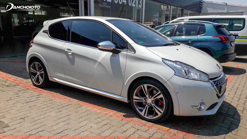 Peugeot 208 2015 owns a modern appearance and personality, attractive to all eyes