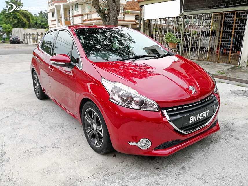 Peugeot 208 has a strong, luxurious and prominent appearance on the crowded streets