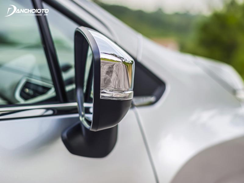 Gương hậu ở bản Xpander tự động trang bị đầy đủ tính năng gập điện, chỉnh điện và đèn báo rẽ, còn được mạ chrome