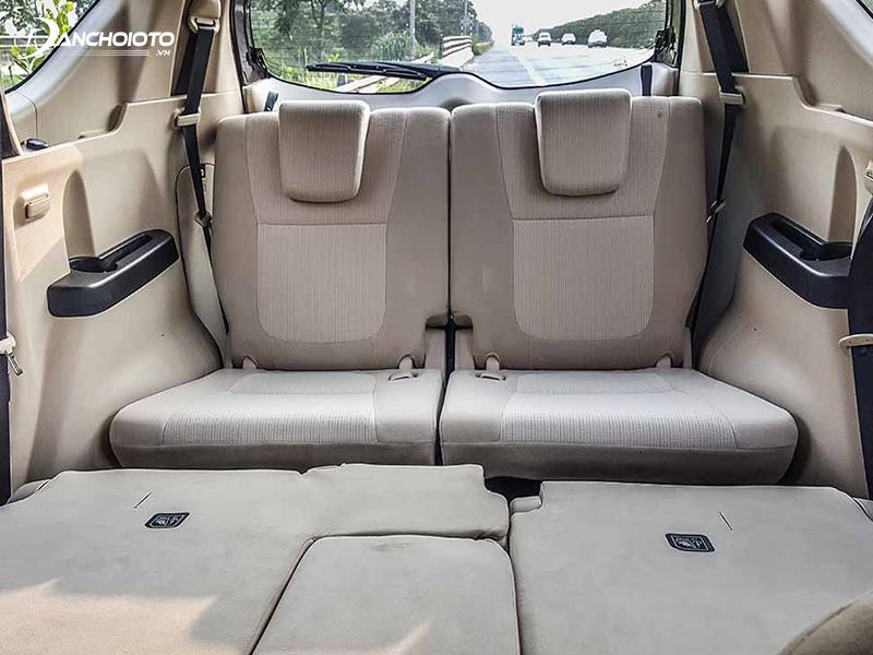 Hàng ghế thứ ba Mitsubishi Xpander có tựa đầu hơi thấp nhưng bù lại có thể chỉnh ngả về phía sau, ngồi thoải mái vơi người cao 1,7m
