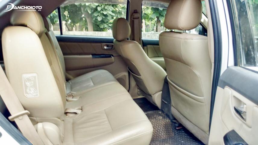 Khoang nội thất xe Fortuner với hàng ghế thứ 2 khá rộng