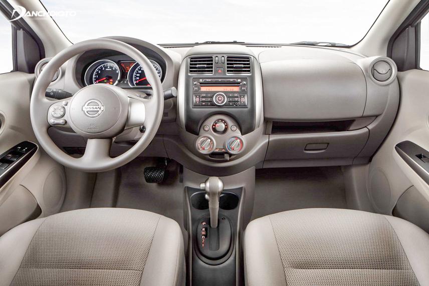 Nội thất Nissan Sunny 2013 cũ khá đơn giản nhưng tiện nghi
