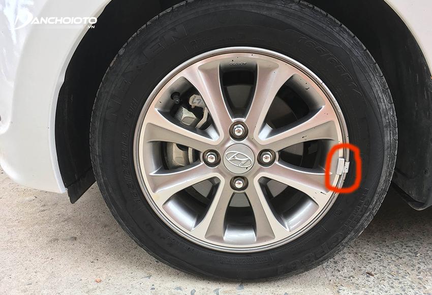 Cân bằng động cho bánh xe sẽ bù sai lệch bằng cách gắn các miếng chì