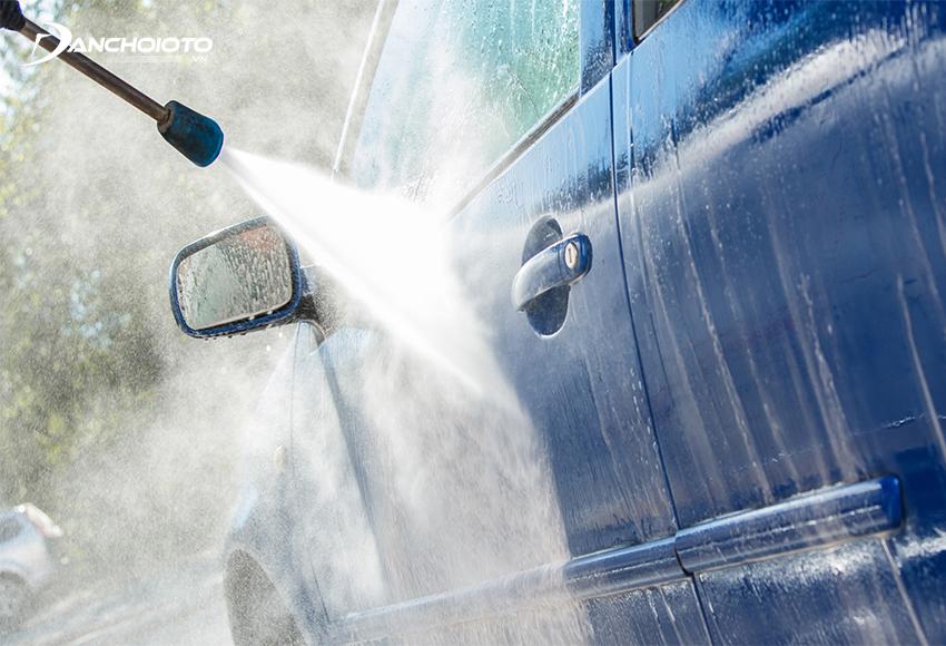 Cần rửa xe và tẩy sạch những vết bẩn trên bề mặt sơn xe trước khi hiệu chỉnh sơn