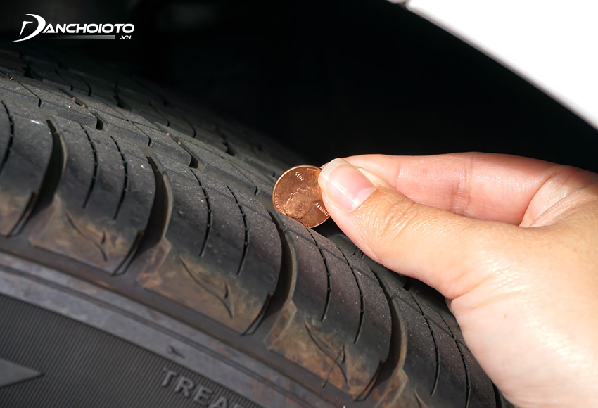 Kiểm tra độ mòn lốp ô tô bằng đồng xu Lincoln