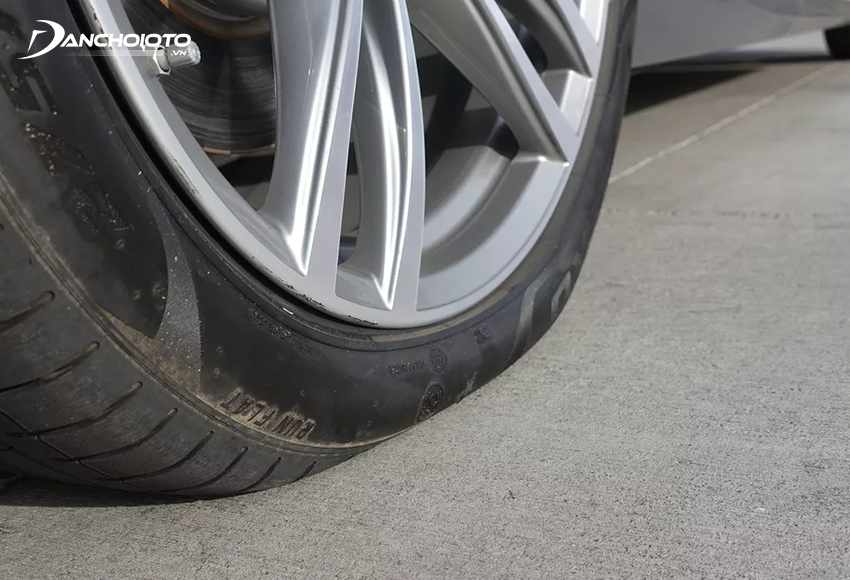 Lốp xe ô tô thiếu hơi quá 20% so với con số tiêu chuẩn sẽ làm giảm 30% tuổi thọ lốp