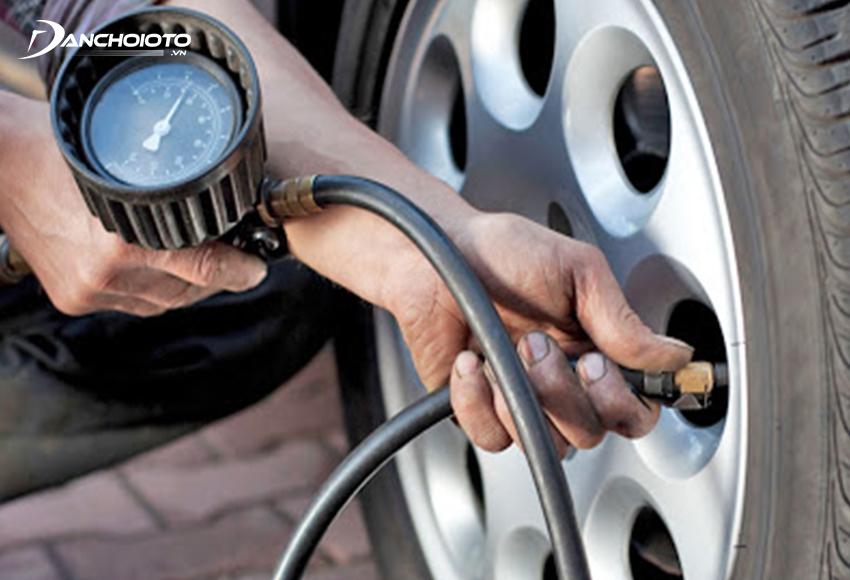 Nên kiểm tra áp suất lốp ô tô khi lốp nguội