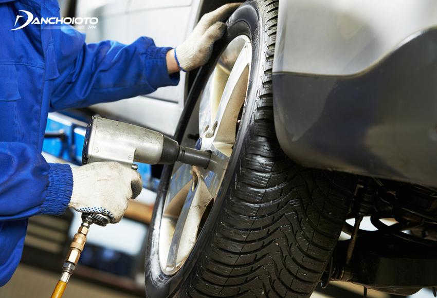 Nên thay lốp xe ô tô sau 5 năm từ ngày sản xuất để đạt được hiệu suất vận hành tối ưu cũng như đảm bảo an toàn