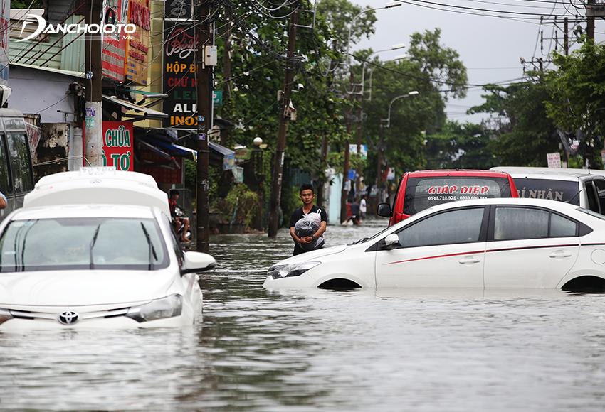 Nếu xe di chuyển chủ yếu trong khu vực thường xuyên xảy ra ngập nước, nên mua thêm bảo hiểm thuỷ kích cho xe ô tô