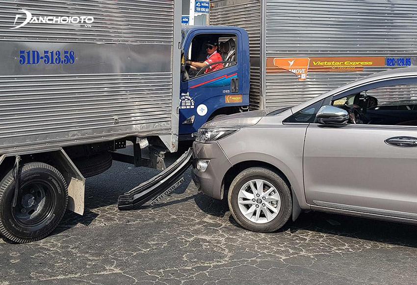 Nếu xe thường xuyên di chuyển trong các đô thị đông đúc nên mua bảo hiểm vật chất ô tô