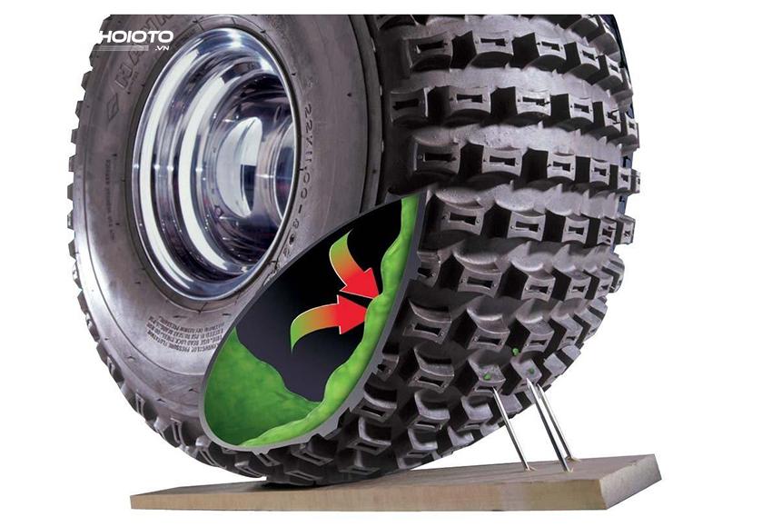 Khi lốp ô tô bị thủng, keo sẽ nhanh chóng tự tràn và trám kín lỗ thủng