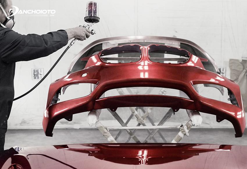 Sơn toàn diện là tháo hết tất cả máy móc, nội thất để sơn loại toàn bộ khung, thân vỏ xe cả trong lẫn ngoài