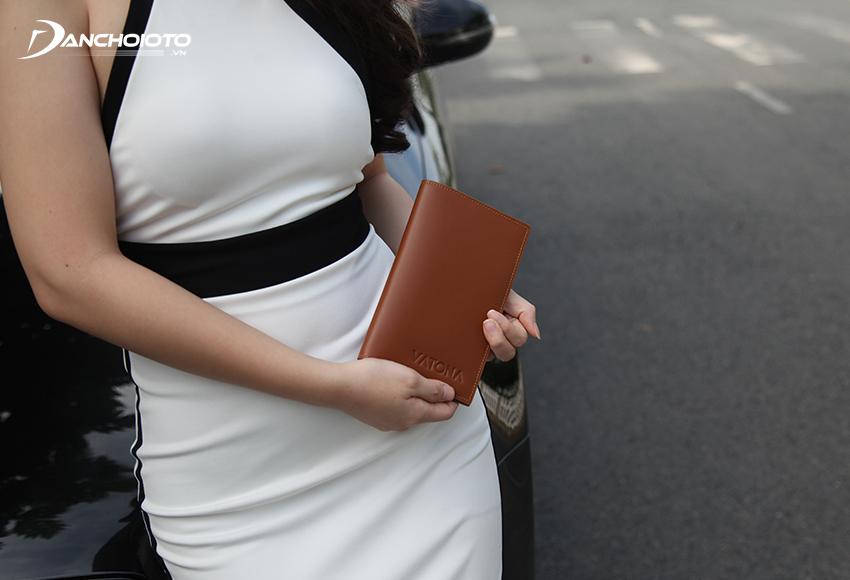 Sử dụng ví da đựng giấy tờ xe oto còn đang trở thành xu hướng lựa chọn