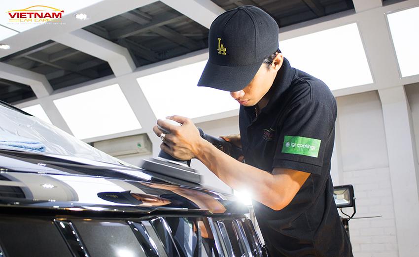 Tiếp đến, thợ kỹ thuật sẽ tiến hành tẩy rửa vết bẩn, xoá trầy trước, đánh bóng sơn xe ô tô