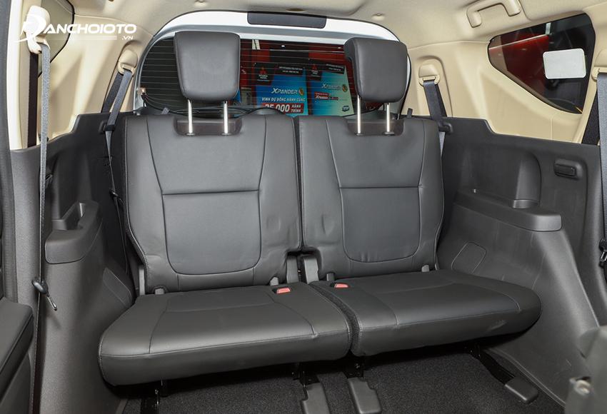 Hàng ghế thứ ba Xpander 2020 có tựa đầu hơi thấp nhưng bù lại có thể chỉnh ngả về phía sau, ngồi thoải mái vơi người cao 1,7m