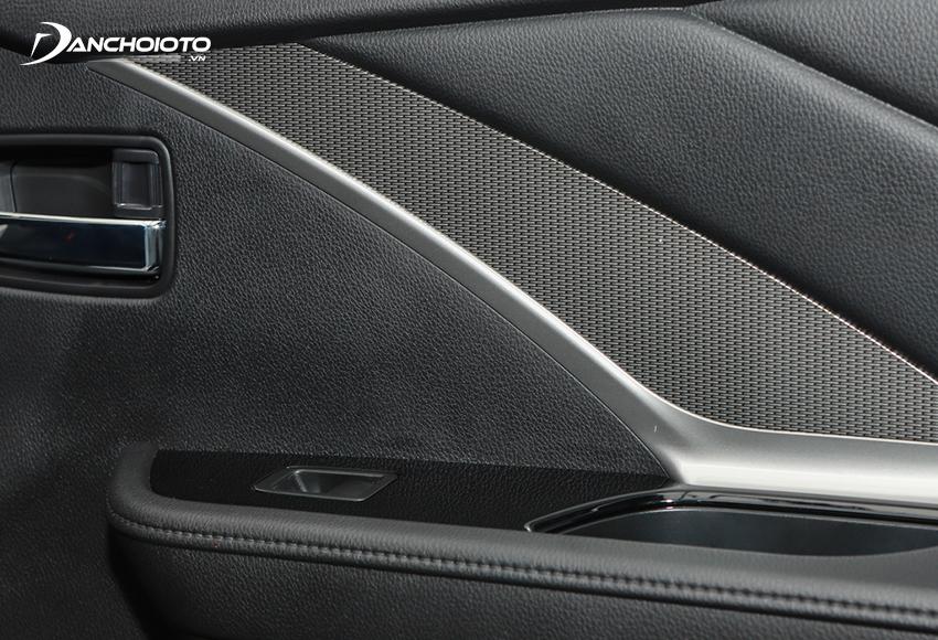 Tappi Mitsubishi Xpander 2020 cũng sử dụng ốp trang trí vân carbon