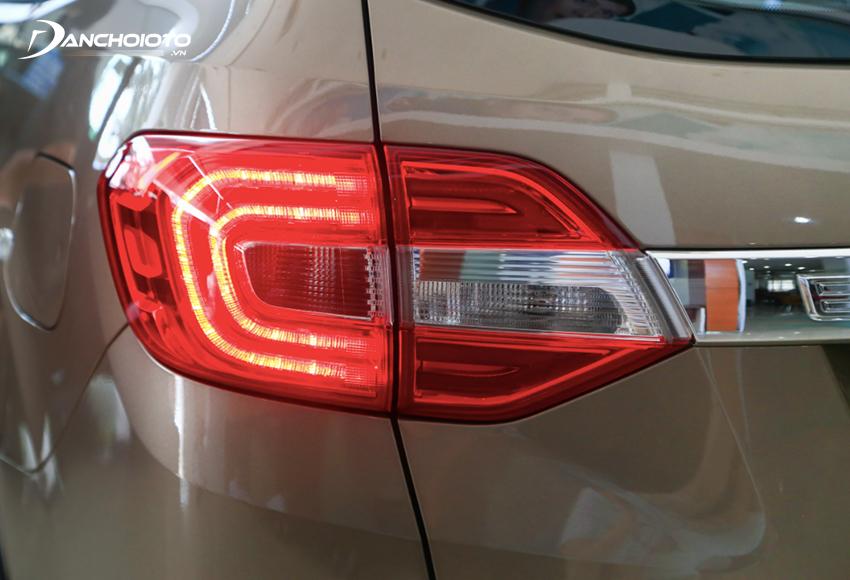 Cụm đèn Ford Everest 2021 vẫn duy trì thiết kế cũ