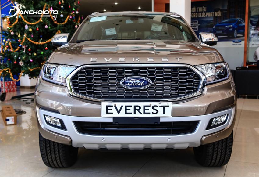 Đầu xe Ford Everest 2021 nổi bật với lưới tản nhiệt tổ ong mạ chrome