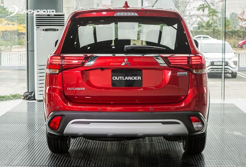 Đuôi xe Outlander 2020 facelift gần như được giữ nguyên về thiết kế chỉ tinh chỉnh nhỏ ở phần mạ bạc