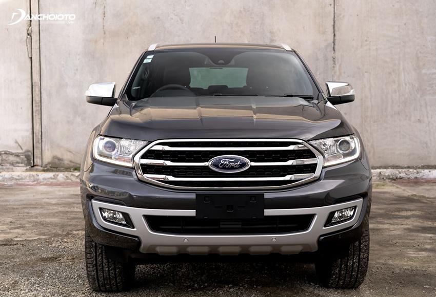 Ford Everest 2020 nổi bật với cụm lưới tản nhiệt hình đa giác to, mở rộng về 2 bên