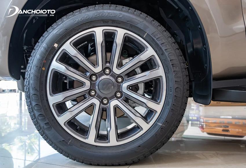Ford Everest 2021 sử dụng lazang hợp kim 20 inch chấu chữ V kết hợp lốp 265/50R20