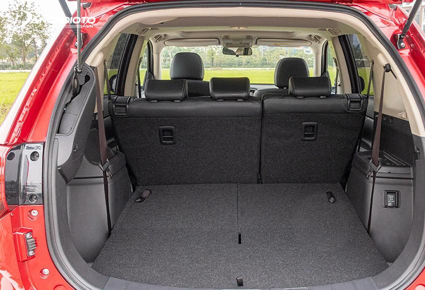 Hàng ghế thứ 2 và thứ 3 của Mitsubishi Outlander 2020 được thiết kế có thể gập phẳng