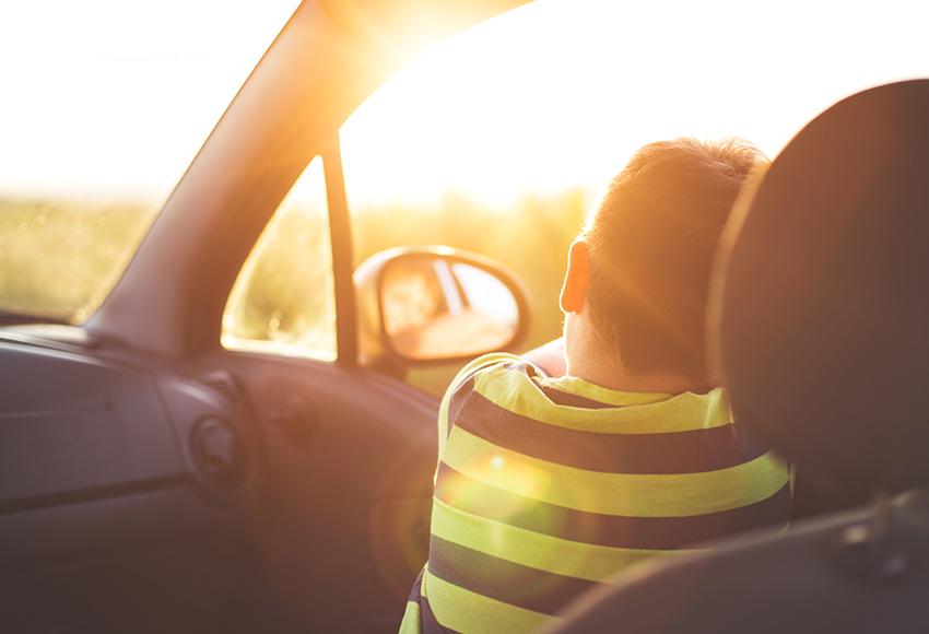 Nắng vẫn có thể chiếu xuyên qua kính xe gây cảm giác nóng rát khó chịu