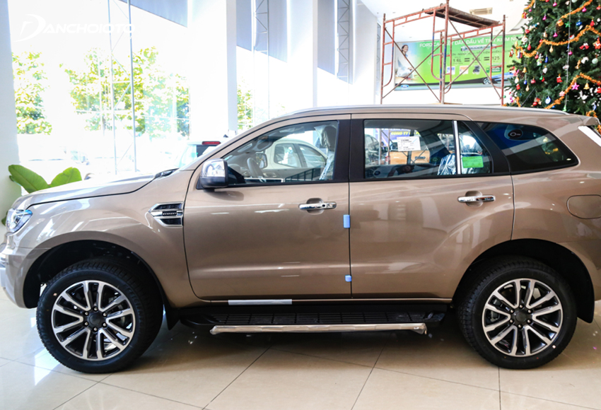 Thân xe Ford Everest 2021 đồ sộ với gầm cao, mang phong thái bệ vệ đậm chất SUV