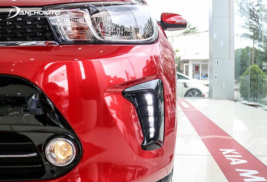 2 má ngoài đầu xe Soluto 2020 còn được bố trí thêm dải đèn ban ngày LED chạy dọc