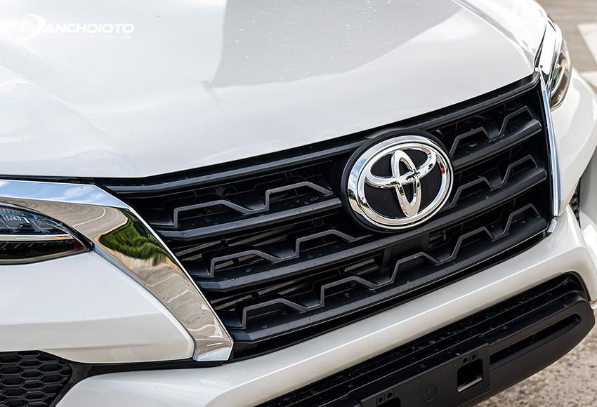 Bên trong lưới tản nhiệt Toyota Fortuner 2020 là những thanh đen tạo hình lượn sóng lạ mắt