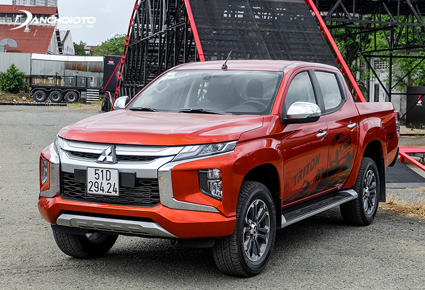 Cặp đèn trước Triton 2020 ôm trọn 2 góc, kéo dài kết nối liền mạch lưới tản nhiệt nổi bật với 2 thanh mạ bạc bản to xếp tầng nâng đỡ logo Mitsubishi ngay giữa