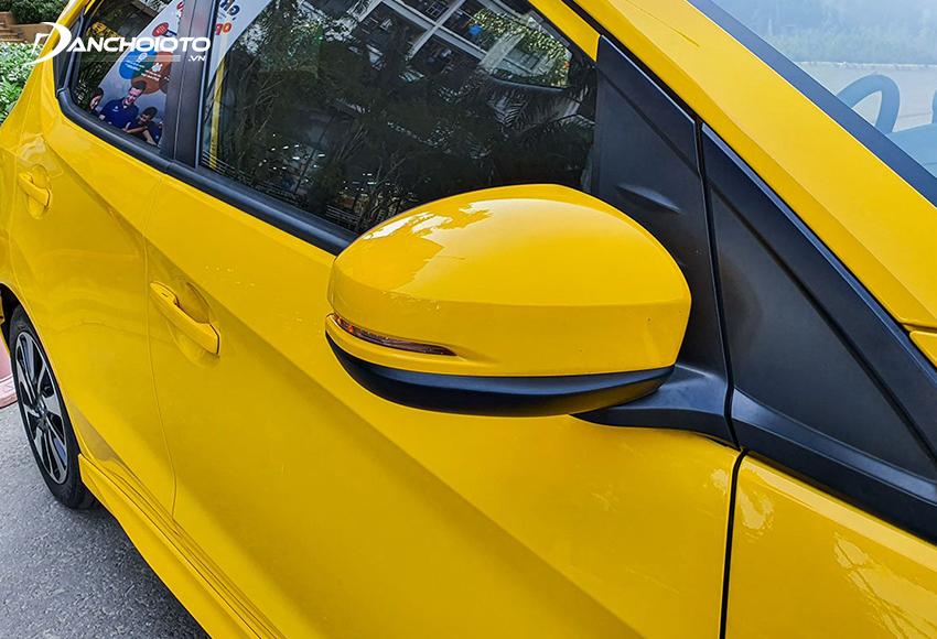 Chỉ có bản Honda Brio RS được trang bị đầy đủ chỉnh điện, gập điện, đèn báo rẽ