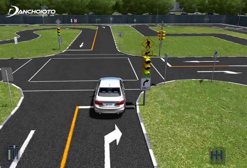 Chú ý nếu thấy đèn xanh còn 3 – 4 giây cũng không nên đi vì nếu xe chưa qua hết gặp đèn đỏ sẽ bị trừ 10 điểm