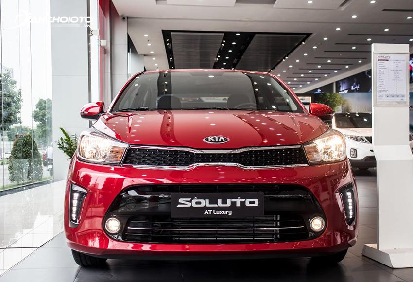 Đầu xe Kia Soluto 2020 lôi cuốn điểm nhìn với lưới tản nhiệt mũi hổ đen bóng đặc trưng
