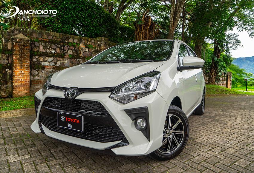 Đầu xe Toyota Wigo 2020 thu hút bởi các đường nét dứt khoát, cắt xẻ mạnh mẽ